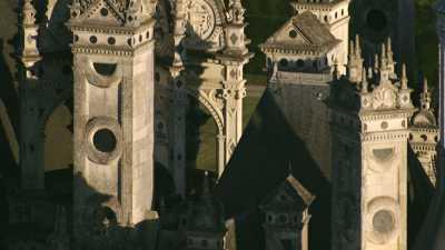 Très gros plans sur les hauteurs du château