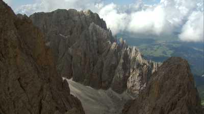 Survol des sommets des Dolomites