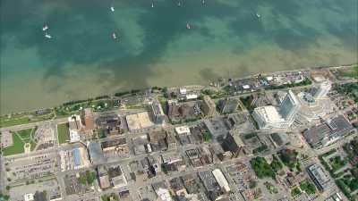 Deux petits avions survolent Windsor, Ontario et Détroit, Michigan