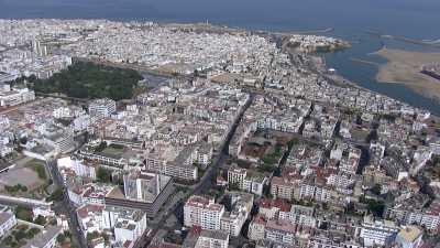 Survol de la ville côtière, hôtels, plages