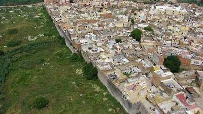 Plans larges et rapprochés de la ville