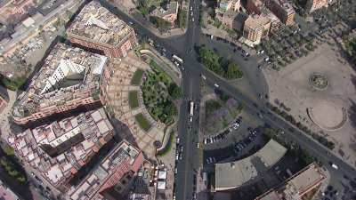 Monuments modernes et avenues de la ville