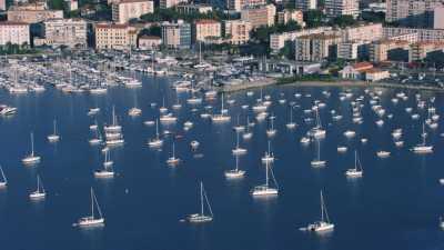 La baie d'Ajaccio vu de la mer, ferries et gros plans sur la ville