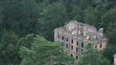La village dans la forêt et ruines du Grand Hôtel