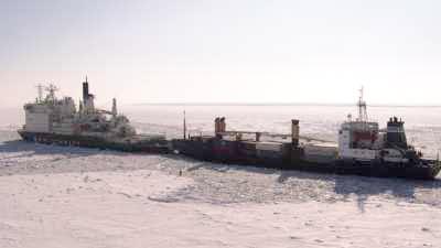 Enorme brise-glace et pêcheur sur le fleuve gelé Ienissei