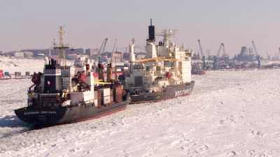 Brise-glace et cargos devant Doudinka