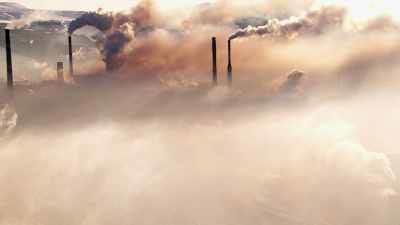 Cheminées, pollution extrême, rayons de lumière
