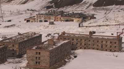 Immeubles abandonnés et mine à ciel ouvert