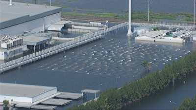 Parc automobile, usine inondés suite à la tempête