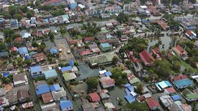 Survol plans larges de quartiers inondés