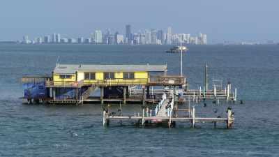 Maisons sur pilotis au large du littoral