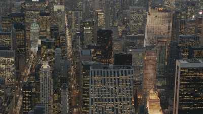 La ville la nuit: une forêt de tours illuminées