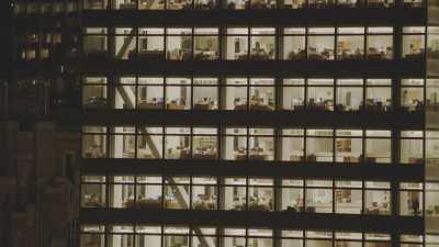 Plans très serrés autour des gratte-ciels, bureaux de Manhattan la nuit