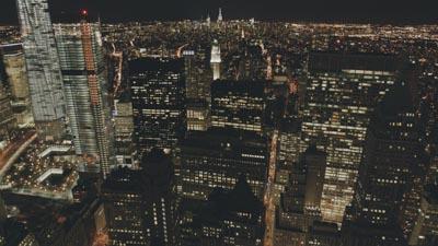 De nuit entre la Statue de la Liberté et Manhattan