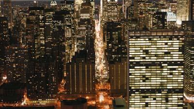 Les immeubles et artères de New-York illuminés le soir