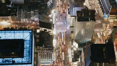 Vol vertical spectaculaire entre les gratte-ciels de Times square