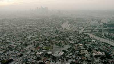 Los Angeles dans la brume, trafic routier et échangeurs