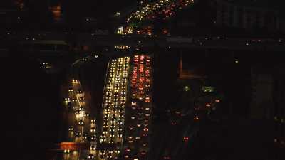 Les gratte-ciels et autoroutes de Los Angeles la nuit
