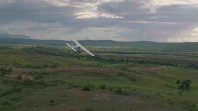 Avion survolant la savane, forêt tropicale