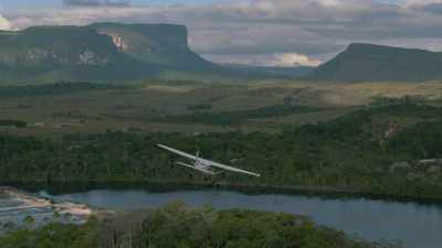 Avion survolant la savane, forêt tropicale