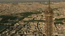 la Tour Eiffel et les touristes au sommet